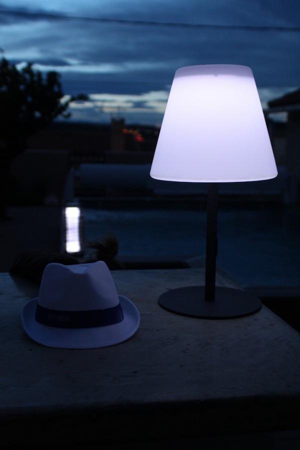 Lampe solaire de table poser arte 130 lumens lampe solaire table objets - Lampe au dessus d une table ...
