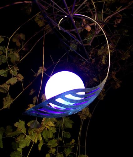 Lampe solaire d 39 art design suspendre karina lampes for Lampe exterieur suspendu