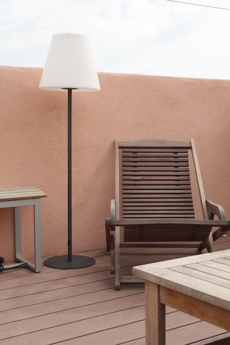 lampe solaire de terrasse sur pied arte 130 lumens eclairage solaire terrasse objetsolaire. Black Bedroom Furniture Sets. Home Design Ideas