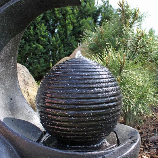 Fontaine solaire originale contemporaine batterie et led fontaine photovolta que objetsolaire - Fontaine de jardin en polyresine ...